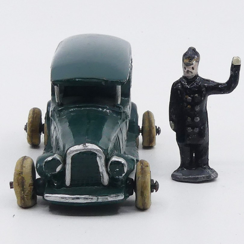Micro fourgon cellulaire (monte arrière double) avec policier danois