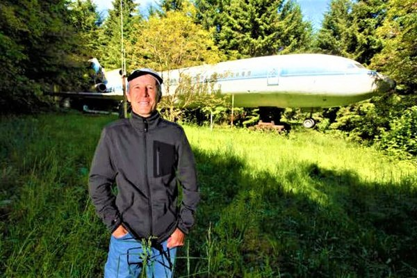 How This Man Converted An Abandoned Boeing 727 Airplane Into A House
