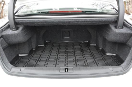 Багажник велик, но имеет неудобную форму.