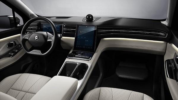 В салоне Nio ES8 явные заимствования от Tesla.