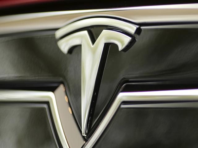 Tesla autó logó