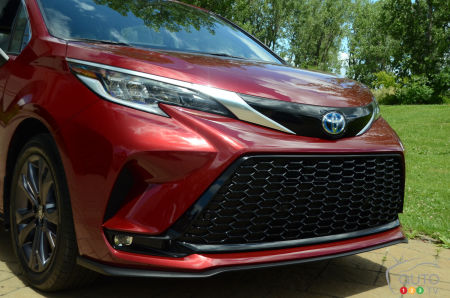 2021 Toyota Sienna, front grille