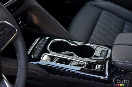 2022 Buick Envision Avenir, lower console