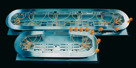제품을 전환하려면 조작자는 트랙의 나머지 부분에서 최고 속도로 생산이 지속되는 상태에서 단순히 피트 레인(pit lane)의 가이드 상에 새로운 셔틀의 휠을 설치하기만 하면 된다.