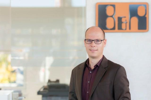 B&R의 전략 및 혁신 부서의 부사장인 Stefan Schönegger씨는 최초의 OPC UA TSN 필드 장치인 X20 버스 컨트롤러를 선보이고 있다.