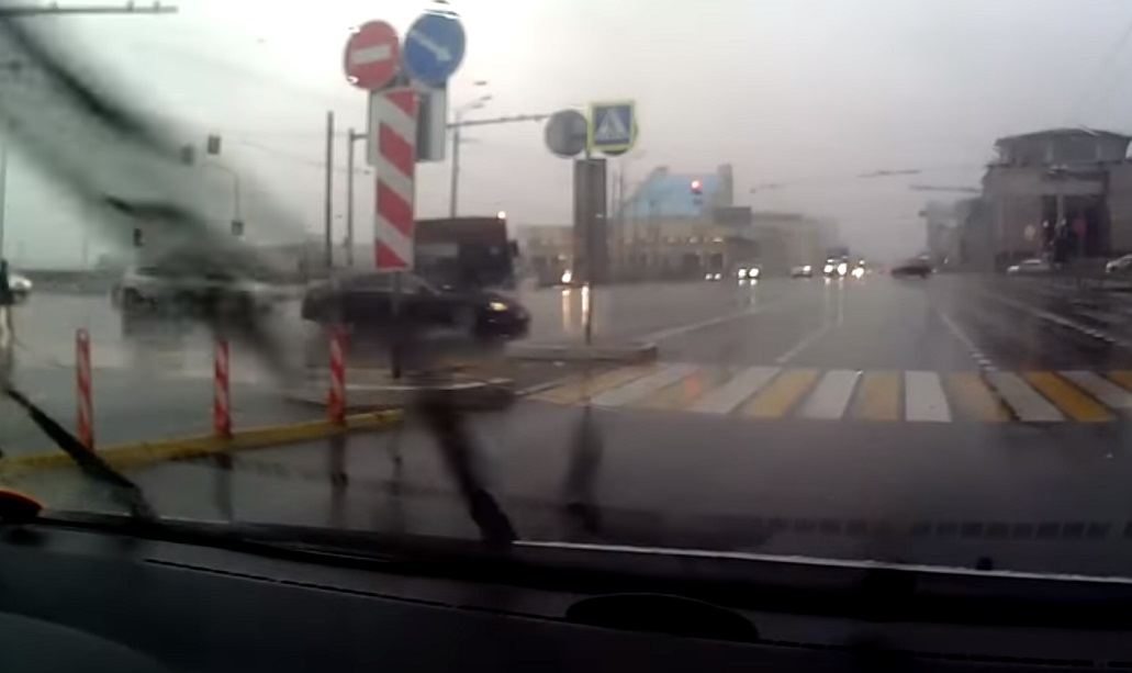 Video: Vozač autobusa prošao kroz crveno i pomeo Audi A8