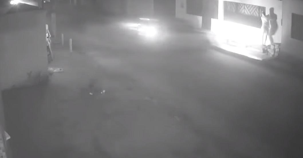 Video: Izvrsnom reakcijom spasio se od naleta jurećeg automobila