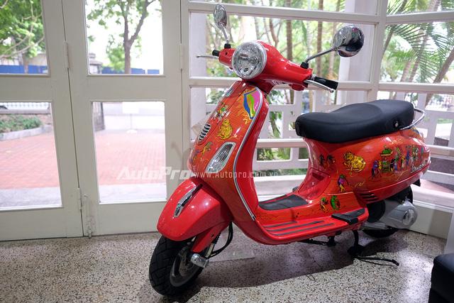 Ngoài ra, tại Trung tâm văn hoá Ý Casa Italia cũng đang trưng bày một chiếc Vespa LX được sơn các hoạ tiết của tranh Đông Hồ. Chiếc xe này cũng đã được các hoạ sĩ hoàn thiện từ năm 2013 và cho đến nay vẫn được trưng bày như là một biểu tượng của nghệ thuật kết hợp với cơ khí.