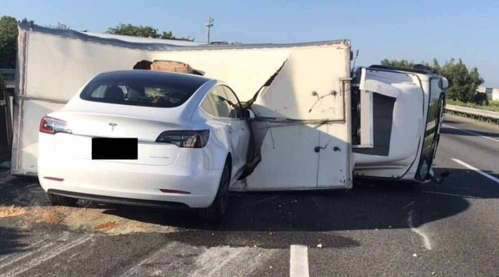 Автопилот Tesla учится на ошибках: очередная авария с грузовиком на автостраде