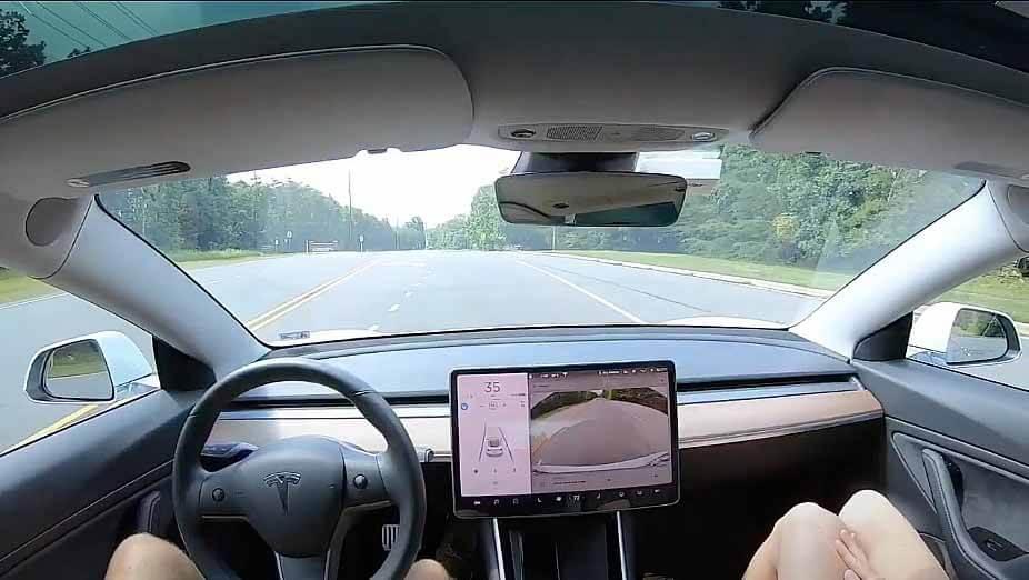 Тесла автопилот плавно обнаруживает и замедляет для пешехода во впечатляющем видео