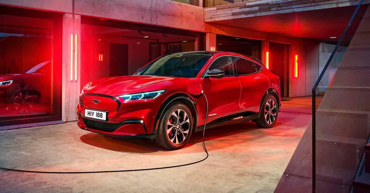 Ford вспоминает электрические кроссоверы Mustang Mach-E.  На ходу выпадают лобовые стекла и панорамные люки.