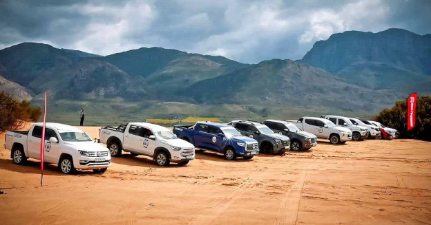Десять пикапов на песчаном пляже в Южной Африке - Motor