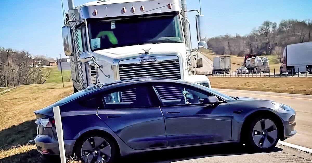 Трактор гнал Tesla впереди почти на километр.  Все сфотографированные фотоаппаратами электромобиля - Мотор