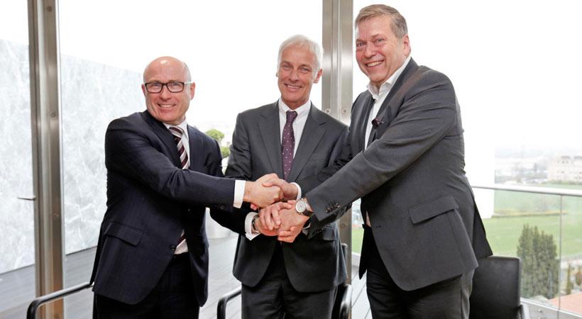 Guenter Butschek, CEO y MD de Tata Motors; Matthias Mueller, CEO de Volkswagen AG; y Bernhard Maier, CEO de Skoda Auto