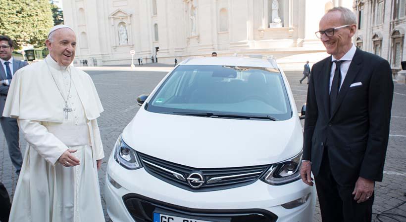 Papa Francisco recibió su auto eléctrico Opel Amera