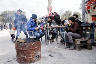 Un grupo de jóvenes a la entrada del centro de estancia temporal de refugiados.