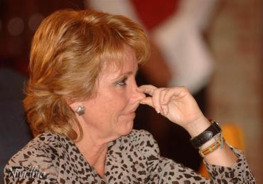 Esperanza Aguirre tocándose la nariz