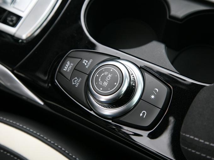 Контроллер с кнопками прямого доступа к ряду функций дублирует тачскрин, также позволяющий задействовать системы второго порядка