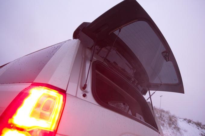 По американской трак-традиции отдельно открывается стекло двери грузового отсека. В холода или зной это позволяет не так сильно нарушать температурный баланс в салоне