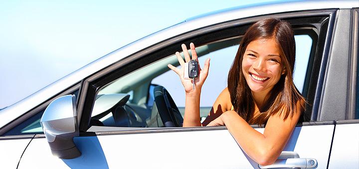 На фото - девушка, которая прошла обучение на курсах по вождению