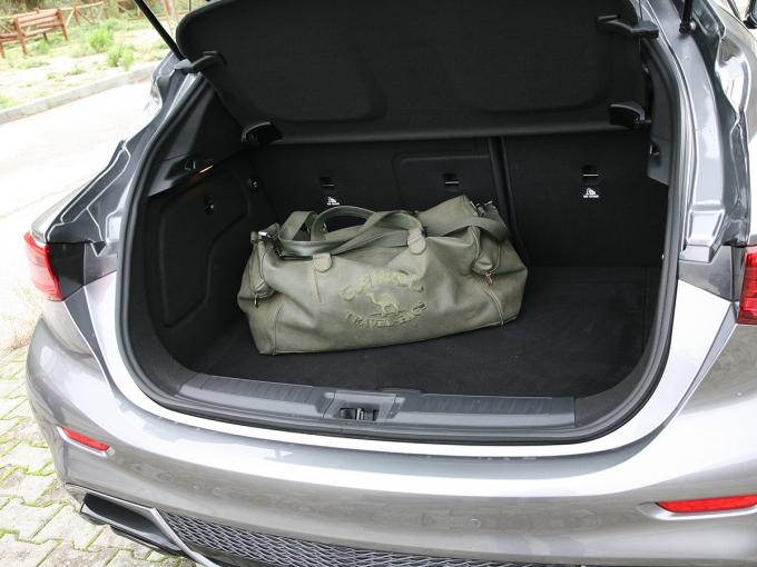 Объем багажника правильной формы можно увеличить за счет складывающихся секций (60:40) спинки дивана.