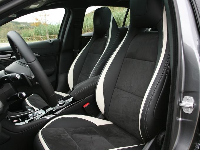 На версии Sport –впервые в практике Infiniti – установлены передние кресла с интегрированными подголовниками. В этом случае одним «мерседесовским» элементом становится меньше: кнопки сервоприводов переезжают с дверных панелей на основание сидений