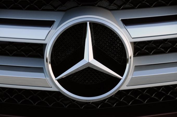 Почему электрические часы Daimler идут медленнее обычных?