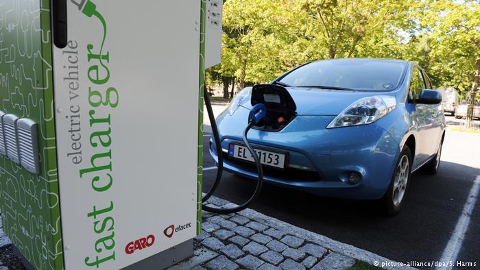 К станции быстрой зарядки в городе Моссе подключен японский электромобиль Nissan Leaf