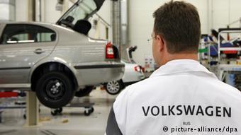 Рабочий на заводе Volkswagen в Калуге