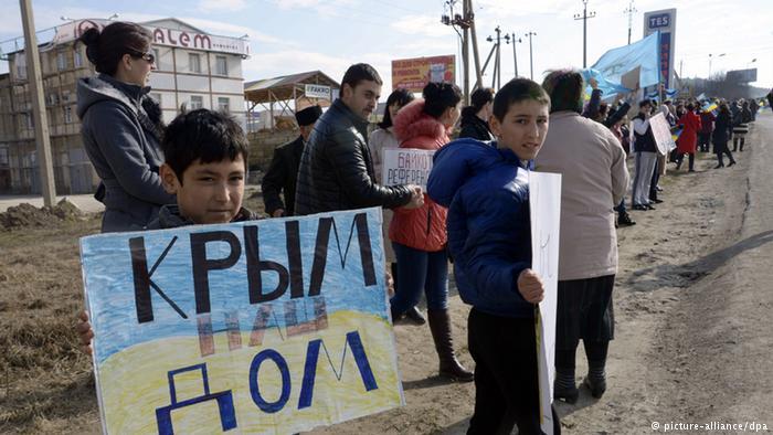 Крымские татары на акции протеста. Симферополь, 14 марта 2014 года