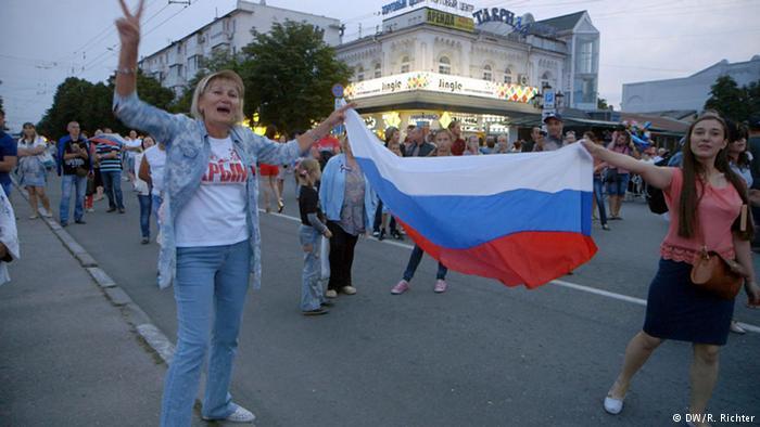 Женщины с российским флагом радуются вхождению Крыма в состав РФ