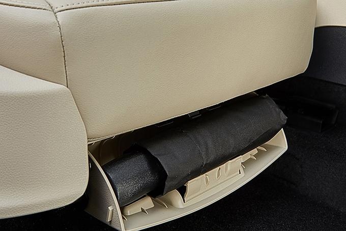 В держателе под передним пассажирским сиденьем появился складной зонт