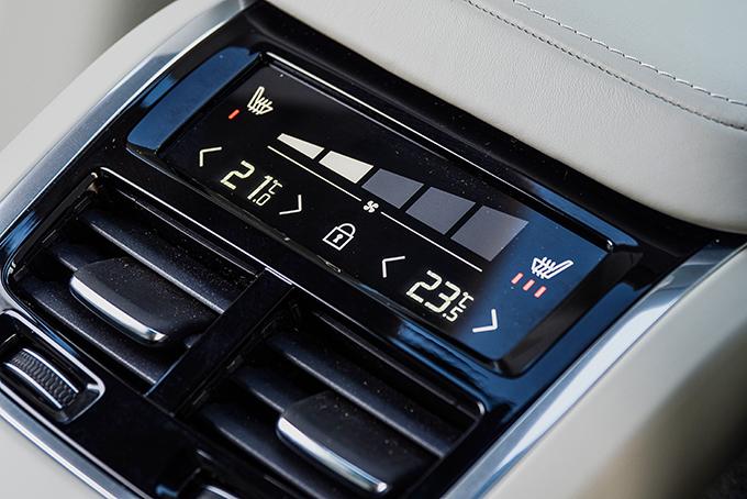 Доступный дляXC60 II 4-зонный климат-контроль – редкость всегменте среднеразмерных SUV. Наторце напольной консоли подсдвижной шторкой поместилась ирозетка на230 В