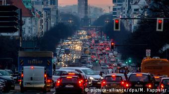 Одна из центральных магистралей Берлина - Kaiserdamm - в утренний час пик
