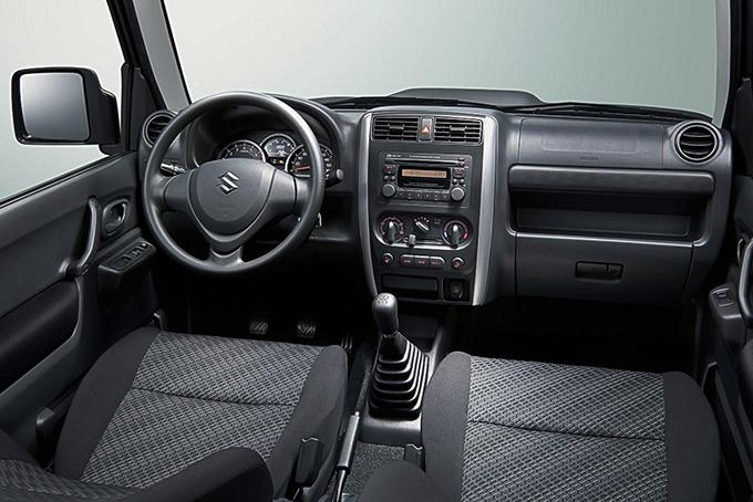 Благодаря усовершенствованному дизайну стремя спицами куда более современным стал руль Jimny, втоповой комплектации обшитый кожей