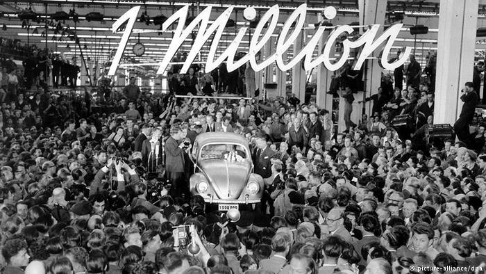 С конвейера сходит миллионный Фольксваген-жук. 5 августа 1955 г.