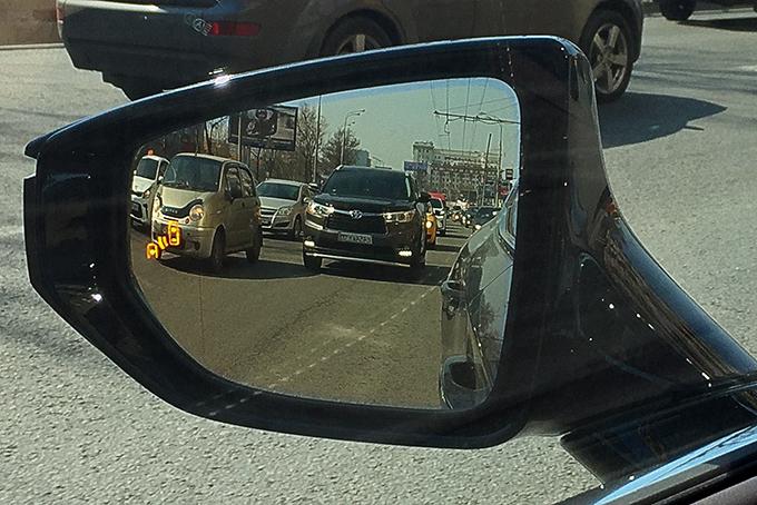 Вынесенные квнешнему краю наружных зеркал мелкие символы помех вслепых зонах выпадают из поля зрения водителя