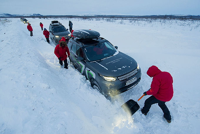 За неделю экспедиции нас лишь однажды слегка припугнула знаменитая колымская пурга, и нам пришлось взяться за лопаты длярасчистки переметов наоткрытом участке зимника