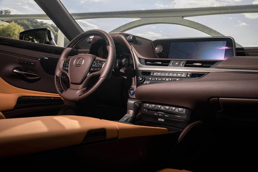 Lexus ES250: Усидеть на двух стульях