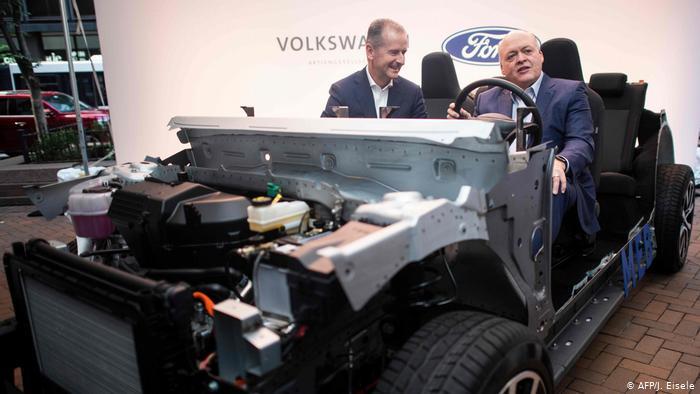 Главы Volkswagen и Ford, Херберт Дис и Джеймс Хэкетт, на пресс-конференции в Нью-Йорке