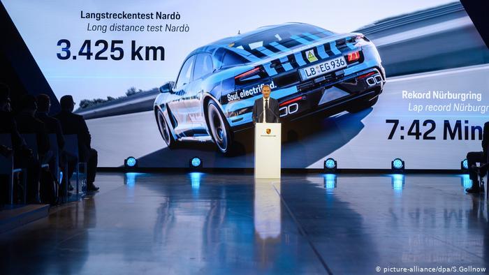 Оливер Блюме во время презентации Porsche Taycan