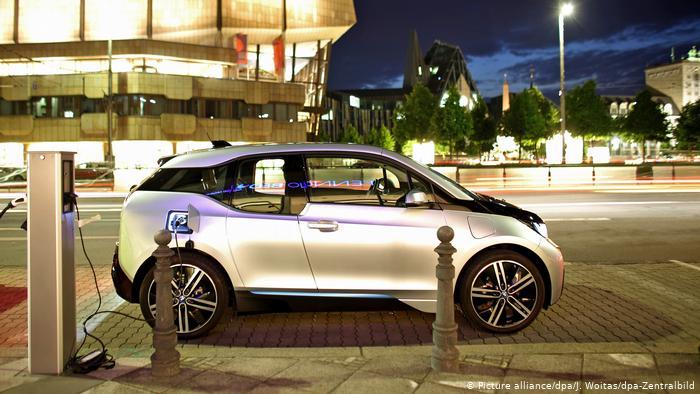 Электромобиль BMW i3 подзаряжается в центре Лейпцига