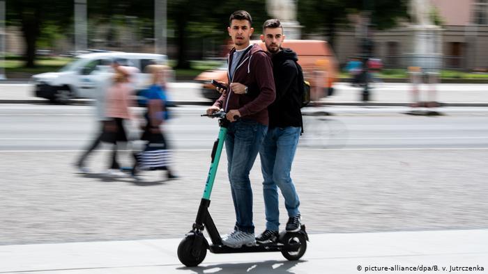 Ездить вдвоем на электросамокате запрещено. Эта фотография сделана в Берлине
