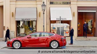 Электромобиль Tesla подзаряжается в центре Мюнхена