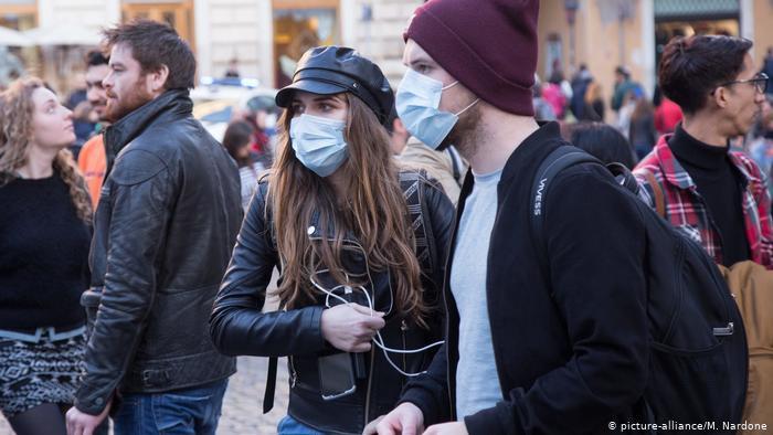 Парень и девушка в защитных масках