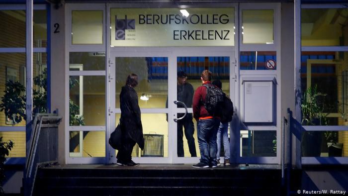 Ученики, не услышавшие объявления о закрытии школы, стоят перед дверьми школы