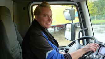 Женщина за рулем грузовика