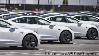 Электромобили Tesla на территории завода комапнии в Фримонте ждут отправки покупателям