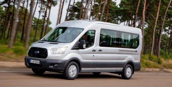 Микроавтобус Форд Транзит в пути