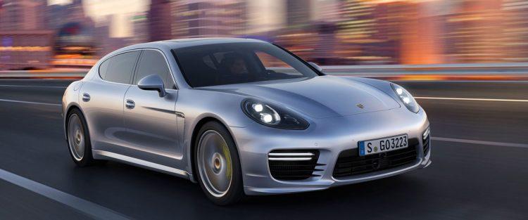 Porsche Panamera привык удивлять автолюбителей